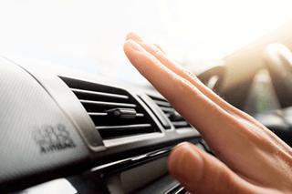 Mão sente o vento sair do ar-condicionado do carro