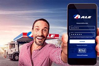 Homem apresenta sorrindo na tela do seu celular o app ALE