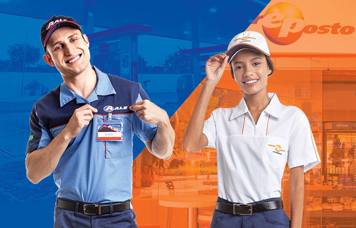 Frentista homem do posto de combustível ALE com uniforme e boné azul à esquerda da imagem e atendente mulher da loja de conveniência Entreposto com camisa e boné branco à direita.