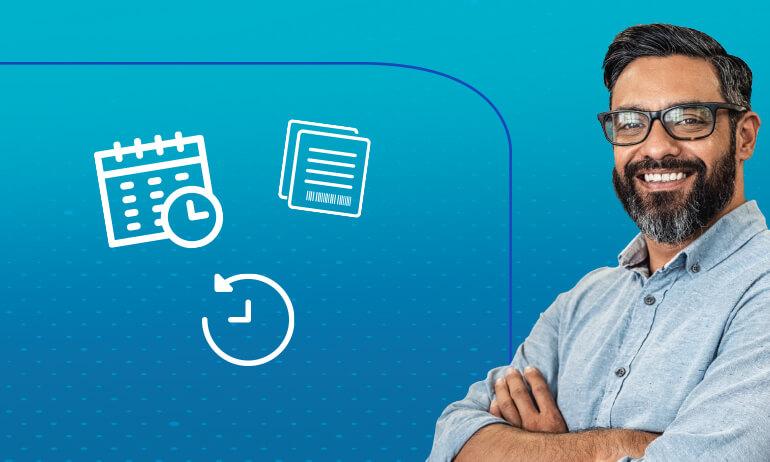 Do lado direito da imagem, homem caucasiano de barba e óculos, com os braços cruzados dá um sorriso. Do lado esquerdo, há três ícones gráficos flutuando, de calendário, bloco de anotações e relógio.