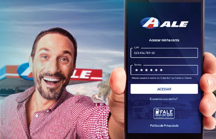 Homem sorrindo de camisa rosa mostra tela de celular com a página de login do App ALE Combustíveis